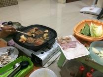 bahan-bahan yakiniku direndam dengan saus tare sebelum dipanggang
