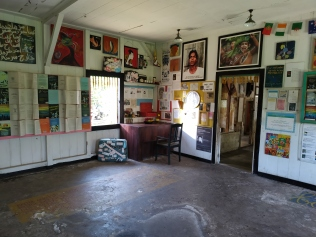 Ruang tengah dengan berbagai poster