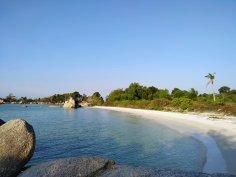 pantai pasir putih, dengan air laut jernih